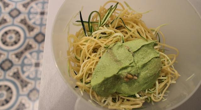 mélanger les pâtes les courgettes et le pesto - Linguini aux courgettes et pesto crémeux