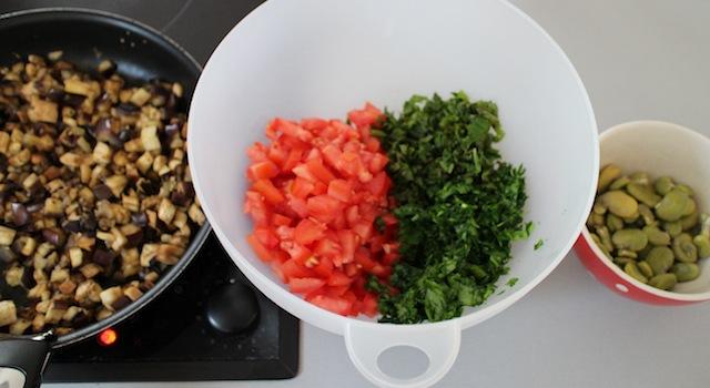 mélanger les tomates les aubergines persil menthe et fèves - Taboulé égyptien
