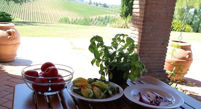 préparer les tomates courgettes et oignons nouveaux - Tagliatelles toscanes aux fleurs de courgettes