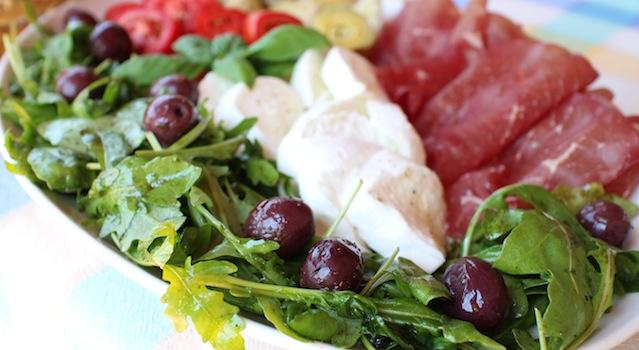 roquette assaisonnée olives et basilic - Antipasto toscano - une entrée italienne à partager
