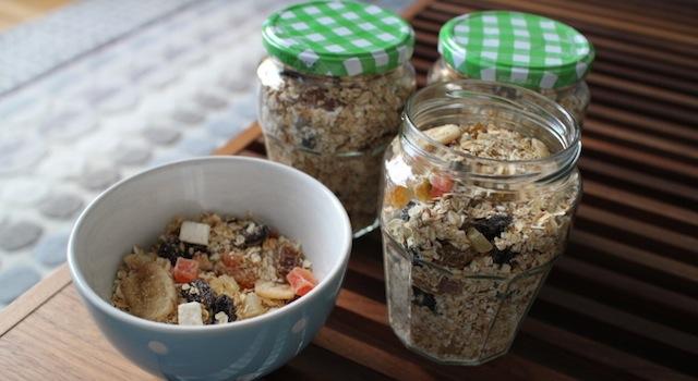 stocker les céréales dans des bocaux en verre hermétiques - Granola maison aux fruits exotiques