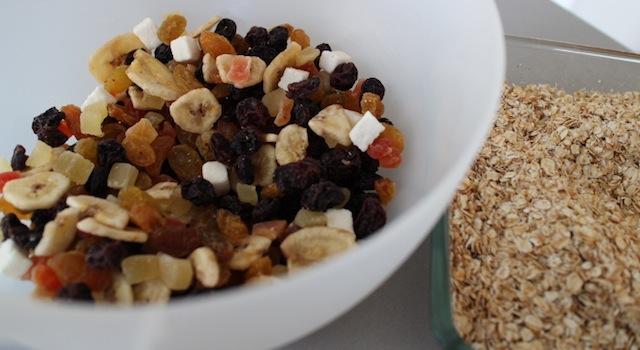 verser les fruits exotiques dans un saladier - Granola maison aux fruits exotiques