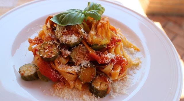 voile de parmesan et feuilles de basilic frais - Tagliatelles toscanes aux fleurs de courgettes