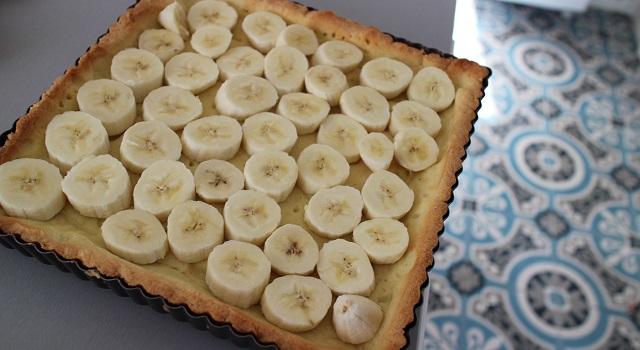 ajouter les bananes - Tarte régressive banane, caramel et cacahuètes
