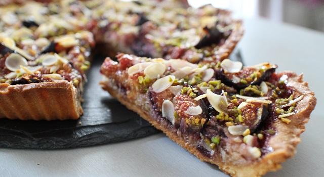 découper la tarte - Tarte aux figues, amandes et pistaches
