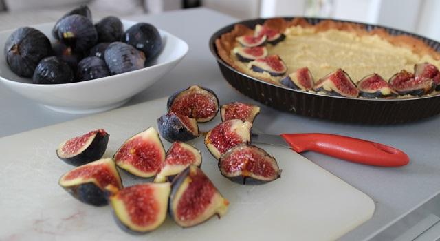 découper les figues et dresser la tarte - Tarte aux figues, amandes et pistaches
