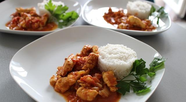 dresser les assiettes avec du riz basmati - Poulet tikka massala