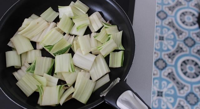 faire fondre les côtes des blettes - Salade de blettes a l'indienne