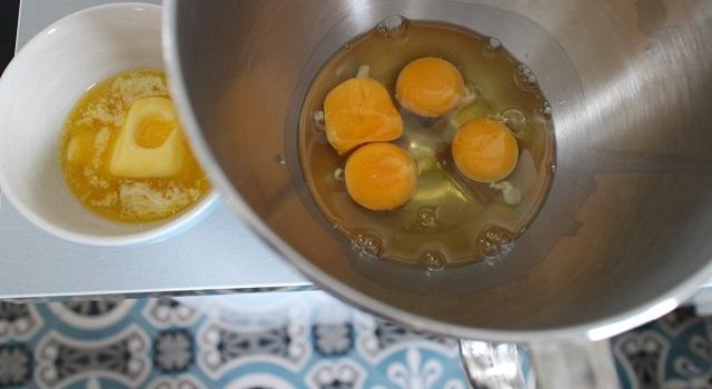 mélanger les oeufs sirop d'agave et beurre fondu - Cake aux nectarines a l'indice glycémique bas