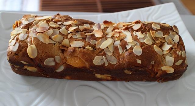 placer le cake dans un plat avant de la découper - Cake aux nectarines a l'indice glycémique bas
