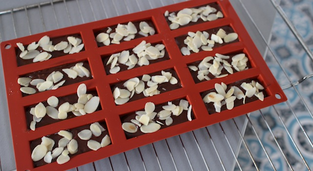 répartir le mélange dans des moules en silicones et saupoudrer d'amandes effilées - Gâteau extra fondant au chocolat et avocat