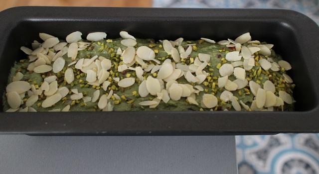 saupoudrer d'amandes effilées - Cake grenade pistache