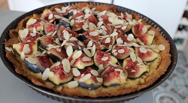 saupoudrer la tarte d'amandes effilées - Tarte aux figues, amandes et pistaches