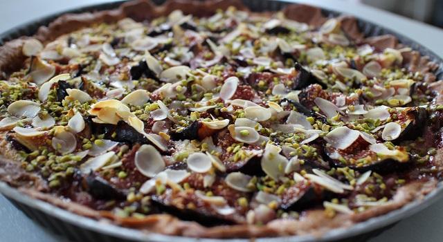 saupoudrer la tarte de pistaches hachées - Tarte aux figues, amandes et pistaches