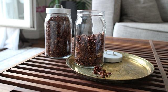 stocker le granola dans des pots hermétiques - Céréales maison chocolat & noisettes