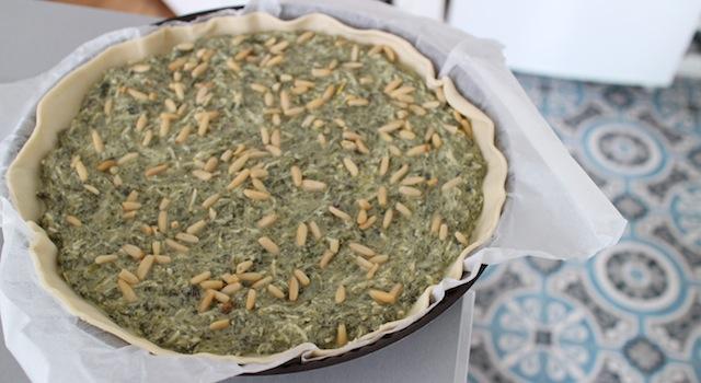 verser l'appareil dans la pâte étallée - Tarte épinards, ricotta et raisins secs