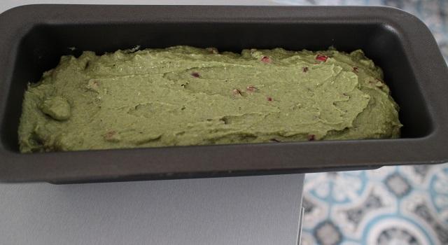verser l'appareil dans le moule à cake - Cake grenade pistache
