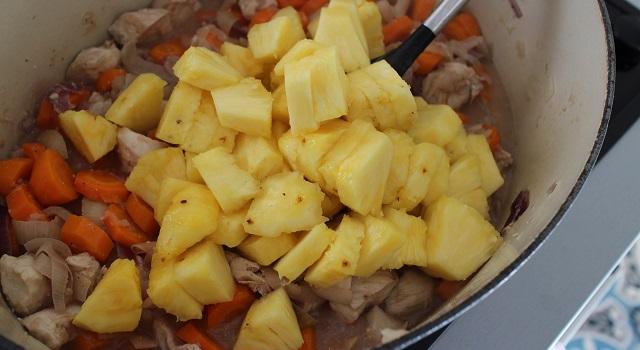ajouter l'ananas dans la cocotte - Le poulet à l'ananas - Vintage 90's