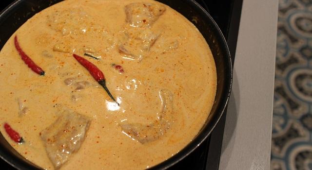 ajouter le lait de coco au poisson - Curry sexy cabillaud, coco, piment