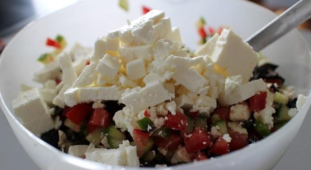 ajouter les cubes de feta - Veggie pita à la grecque