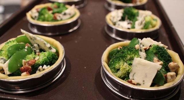 ajouter les noisettes et le fromage - Tartelettes salées réconfortantes - roquefort noisette et pois gourmands