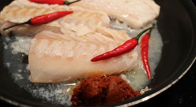 cuire le poisson avec le curry et les piments - Curry sexy cabillaud, coco, piment