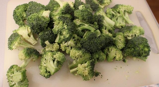 découper les brocolis - Tartelettes salées réconfortantes - roquefort noisette et pois gourmands