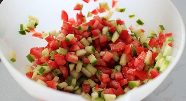 découper les tomates et concombre - Veggie pita à la grecque