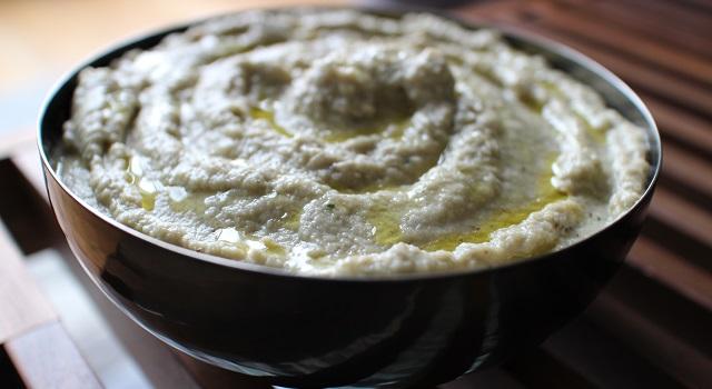 dresser le baba dans un joli plat et arroser d'huile d'olive - Le vrai Caviar d'Aubergines - Baba Ganoush