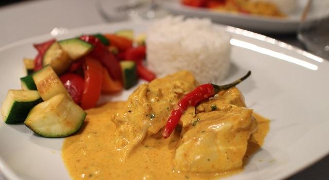 dresser le plat avec le riz légumes et curry de poisson - Curry sexy cabillaud, coco, piment