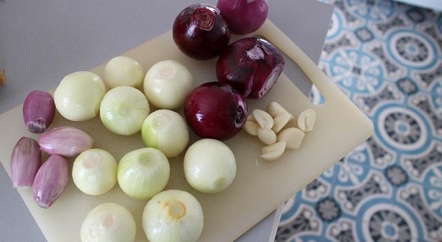 eplucher les oignons blancs rouges ail et echalottes - Le poulet à l'ananas - Vintage 90's
