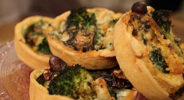 jolies tartes salées pour l'entrée - Tartelettes salées réconfortantes - roquefort noisette et pois gourmands