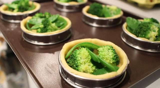 placer les légumes dans les tartelettes - Tartelettes salées réconfortantes - roquefort noisette et pois gourmands