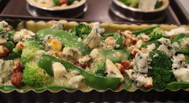 verser les oeufs battus - Tartelettes salées réconfortantes - roquefort noisette et pois gourmands