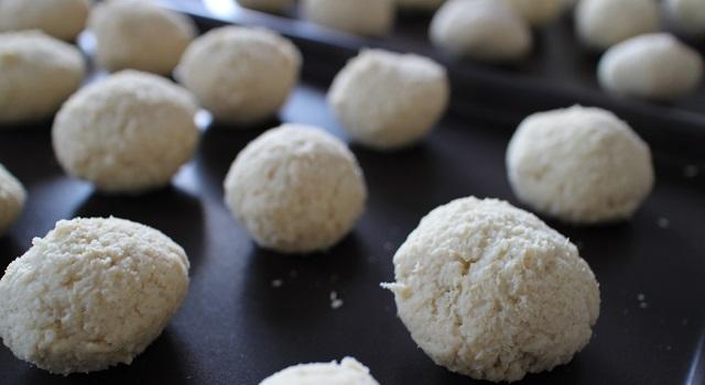 former des boulettes de la taille d'une balle de golf - Paes de queijo do Brazil
