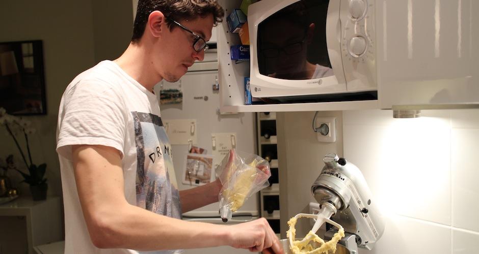 remplir la poche à douile pour faire les chouquettes - Le cours de cuisine selon My Beautiful Dinner