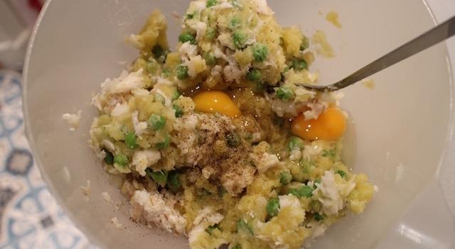 mélanger tous les ingrédients poisson oeufs petits pois pommes de terre - Croquetas de poisson - petits pois & pommes de terre