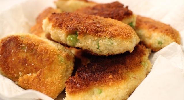 placez les croquetas sur du papier absorbant pour éponger le surplus d'huile - Croquetas de poisson - petits pois & pommes de terre