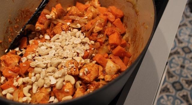 Mélanger les légumes et le poulet - Soul Food Poulet Cajou Cajun