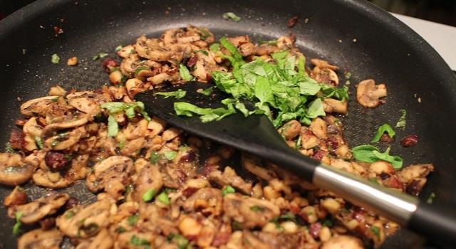 ajouter le basilic à la recette - Comfort Food Pasta noisettes basilic et parmesan