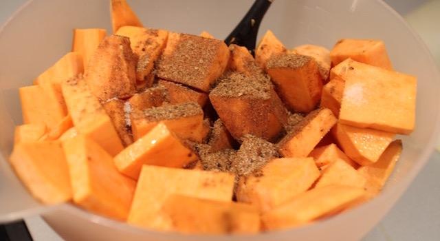 ajouter le jamaican jerk et mélanger - Potatoes de patates douces à la jamaïcaine