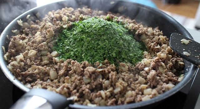 ajouter le persil haché - Bestels la recette des samoussas Pieds-Noirs
