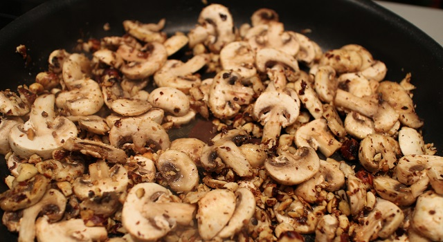 ajouter les champignons - Comfort Food Pasta noisettes basilic et parmesan
