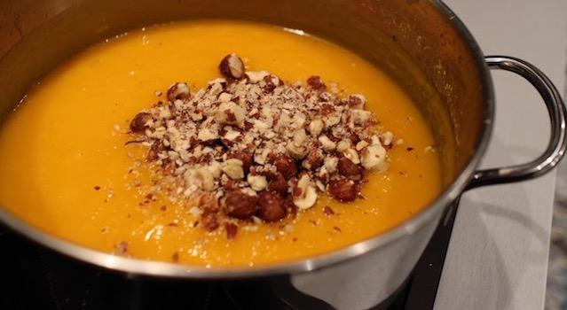 ajouter les noisettes à la soupe - Recette de la soupe de butternut aux noisettes