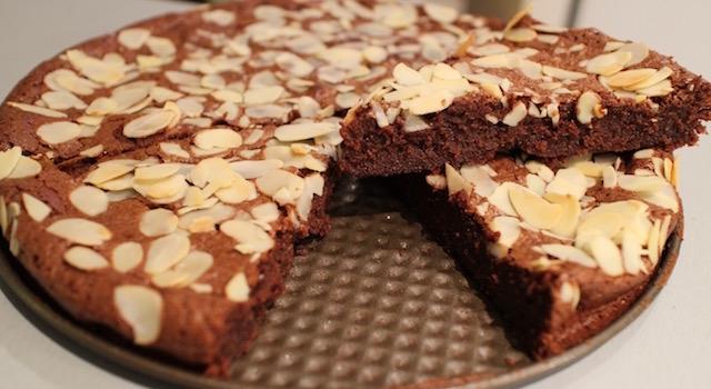 découper et servir le gateau - Le fameux gâteau au chocolat extra fondant