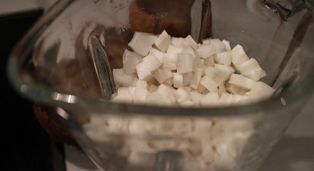 découper finement la coco - Coco givré, la glace coco avec des vraies noix de coco