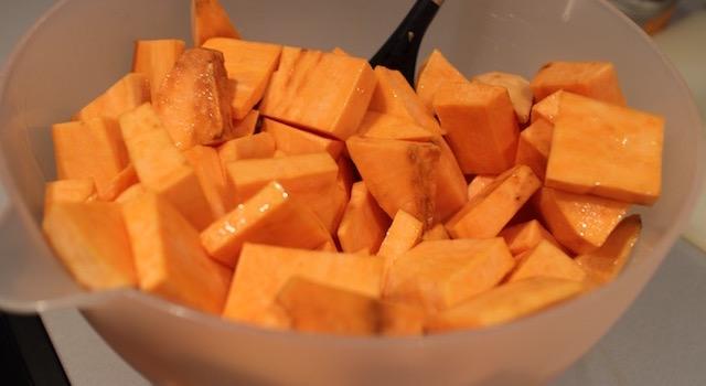 enrober les légumes d'huile d'olive - Potatoes de patates douces à la jamaïcaine