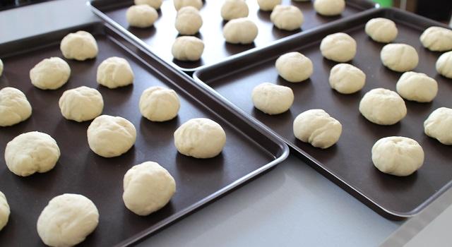façonner des mini boules de pain - Mini Buns moelleux au sésame