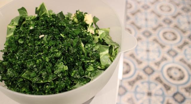 mélanger blettes persil et ail - Les farçous aveyronnais