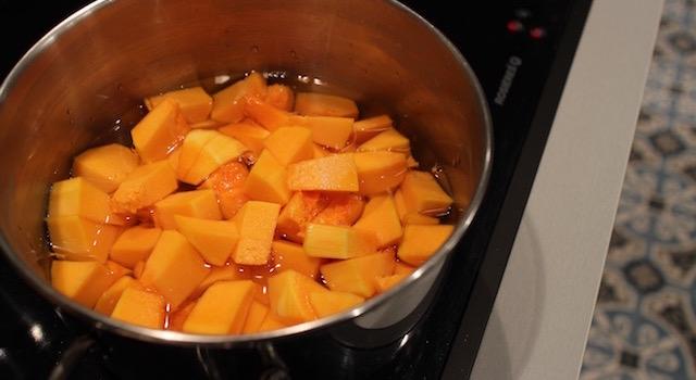 mettre les cubes de butternut à cuire - Soupe de poisson au butternut épicé